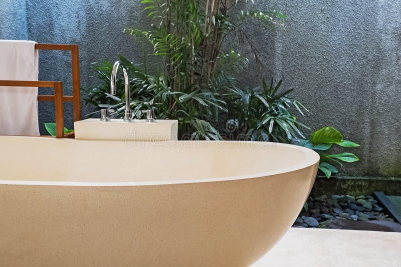 Baignoire en pierre en villa moderne avec la salle de bains de l'espace ouvert images stock