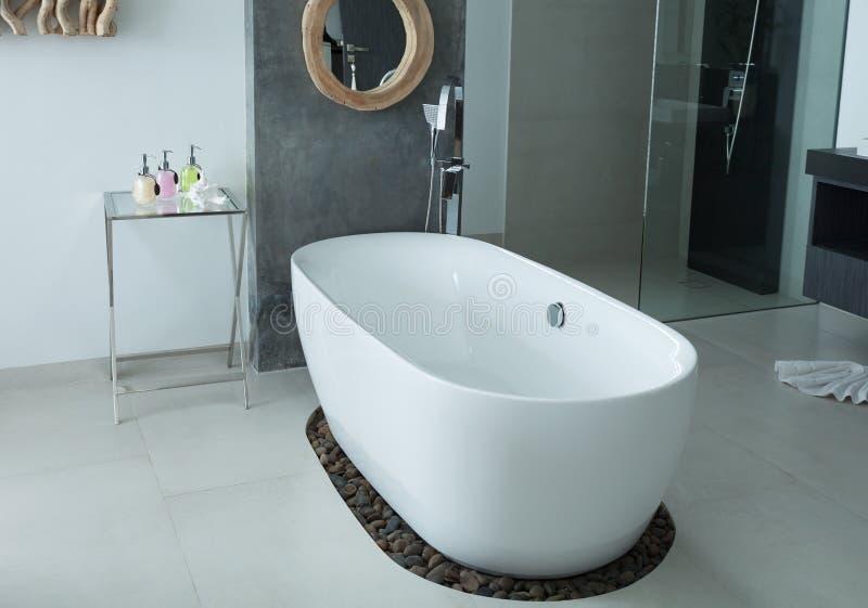 Baignoire moderne d'intérieur de salle de bains image libre de droits