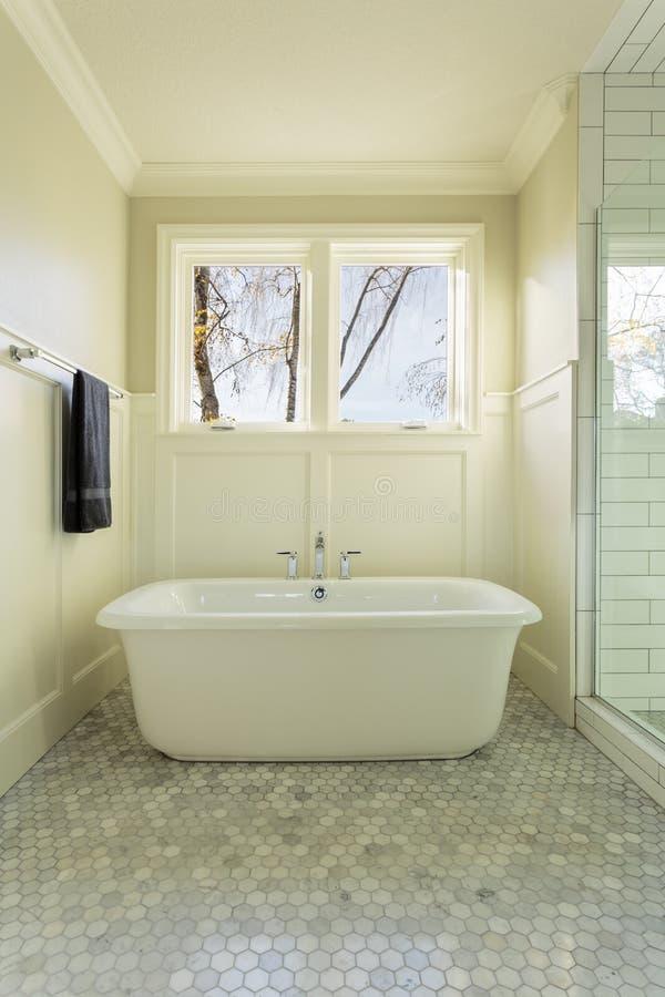 Baignoire principale de salle de bains avec Windows photos libres de droits