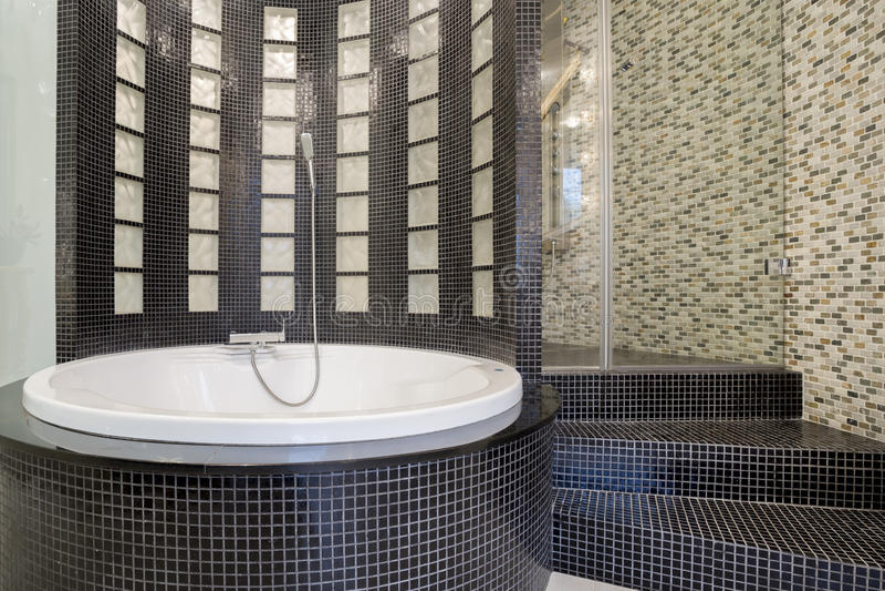 Baignoire ronde l 39 int rieur de salle de bains noire for Baignoire ronde prix