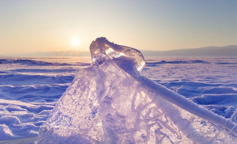 Baikal湖的冰小丘 在日落的透明蓝色冰川 花雪时间冬天 库存照片