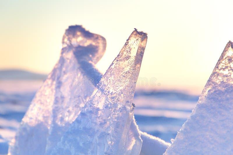 Baikal湖的冰小丘 在日落的透明蓝色冰川 花雪时间冬天 图库摄影
