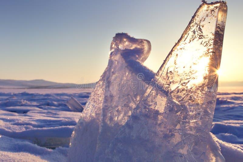 Baikal湖的冰小丘 在日落的透明蓝色冰川 花雪时间冬天 库存图片