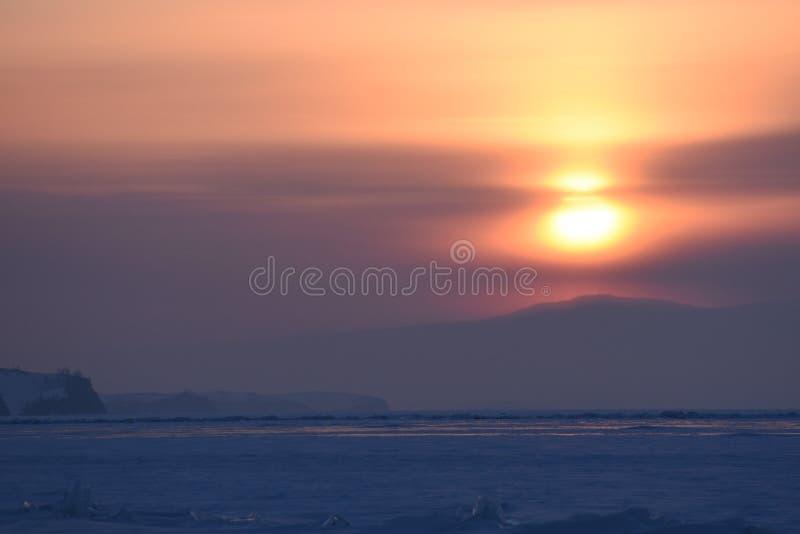 Baikal en invierno Hielo y naturaleza de Baikal puesta del sol febrero de 2018 foto de archivo