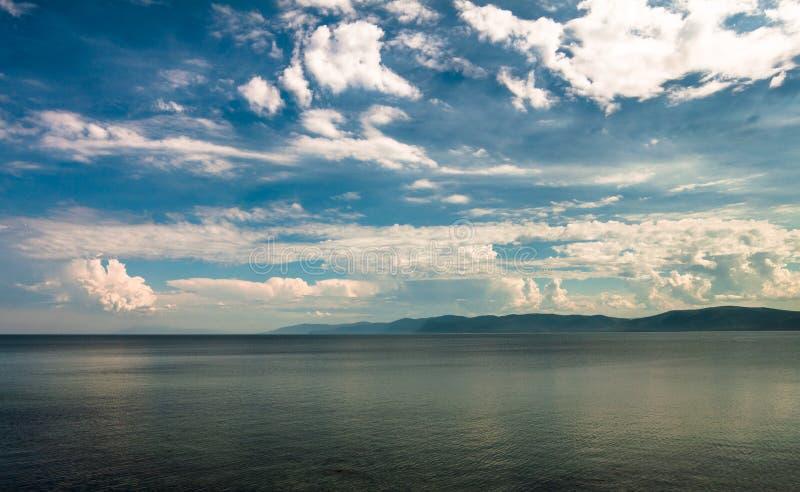baikal jeziora Widok niebo nad jezioro i pasmo górskie na horyzoncie obraz stock