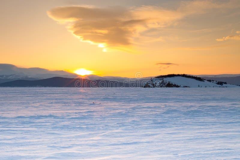 baikal lake Skallig ö Vinter gry royaltyfri fotografi