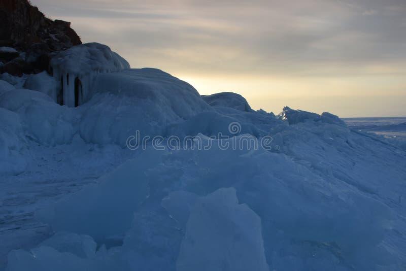 Baikal nell'inverno Ghiaccio e natura di Baikal tramonto febbraio 2018 fotografia stock libera da diritti
