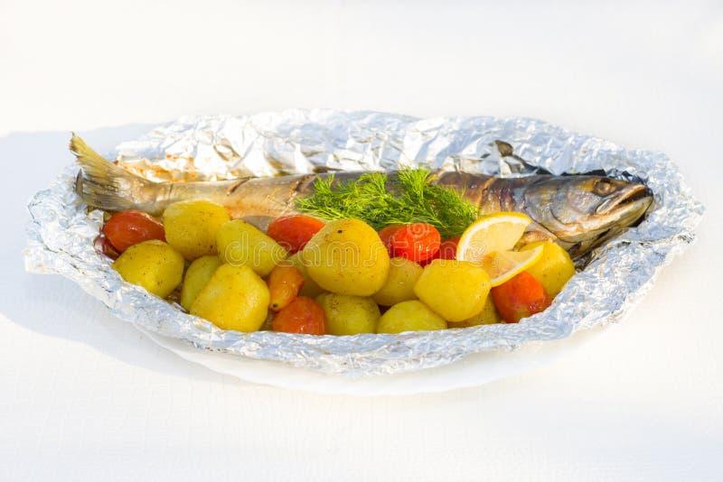 Baikal omul met aardappels wordt gebakken die stock afbeelding