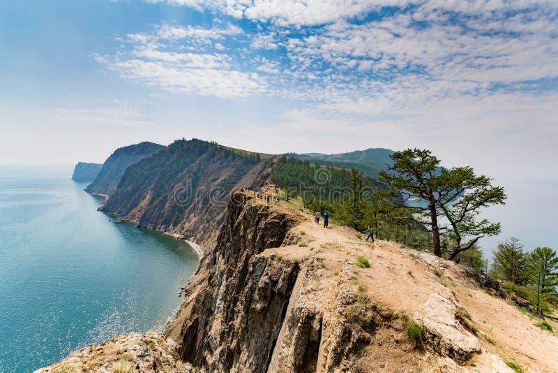 Baikal, Russland - 24. Juli 2015: eine Reisegruppe, welche die Ansichten genießt lizenzfreie stockfotos