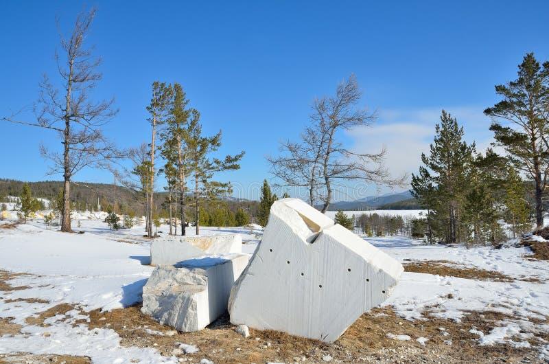 Baikal teren Kawałek bielu marmur w terenie kariera statuaryczny marmur w Buguldeyka fotografia royalty free