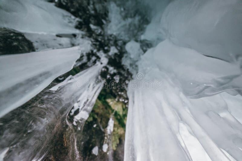 baikal vinter olkhon russia för baikal ölake isgrotta Tjock blå is och istappar på det kust- vaggar av den Olkhon ön i vinter royaltyfri bild