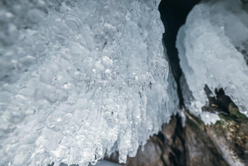 baikal vinter olkhon russia för baikal ölake isgrotta Tjock blå is och istappar på det kust- vaggar av den Olkhon ön i vinter arkivfoton