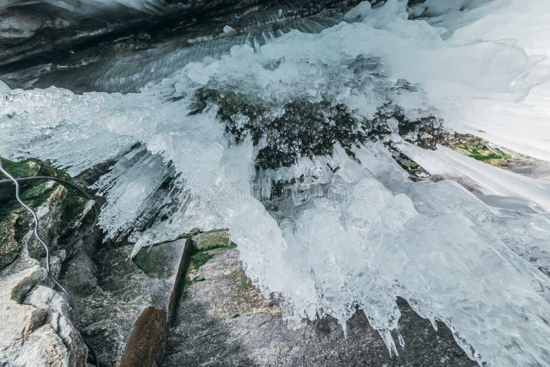baikal vinter olkhon russia för baikal ölake isgrotta Tjock blå is och istappar på det kust- vaggar av den Olkhon ön i vinter royaltyfria foton