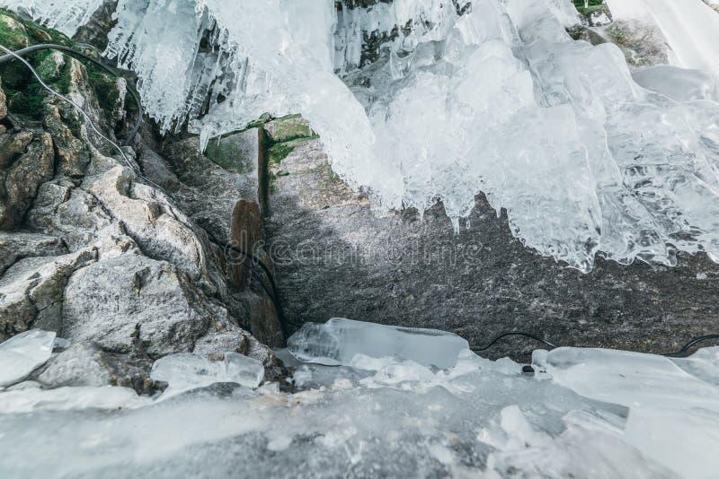 baikal vinter olkhon russia för baikal ölake isgrotta Tjock blå is och istappar på det kust- vaggar av den Olkhon ön i vinter arkivbilder