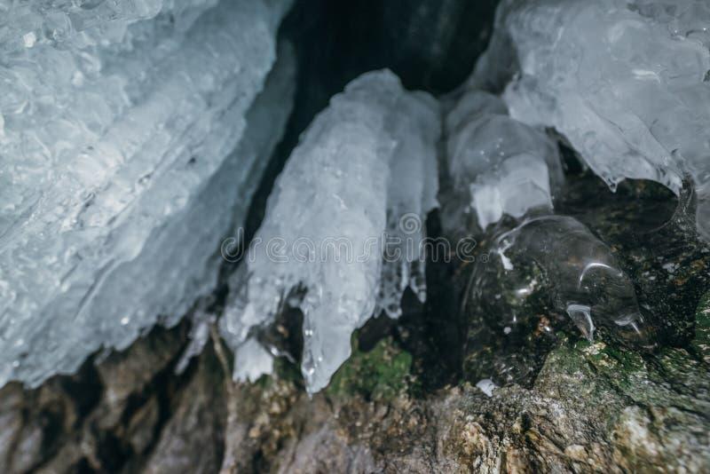 baikal vinter olkhon russia för baikal ölake isgrotta Tjock blå is och istappar på det kust- vaggar av den Olkhon ön i vinter fotografering för bildbyråer