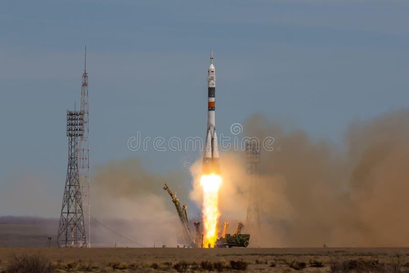 Baikonur Kasakhstan - April 20, 2017: Lansering av den rymdskepp`-Soyuz MS-04 `en till ISS med den förkortade besättningen royaltyfri bild