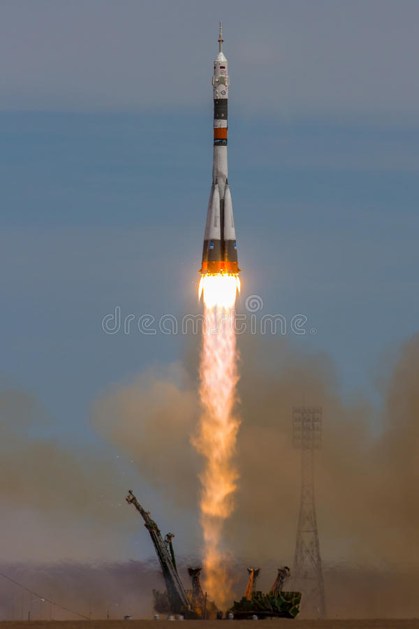 Baikonur, Kazachstan - April 20, 2017: Lancering van het ruimteschip ` Soyuz lidstaten-04 ` aan ISS met verkorte bemanning royalty-vrije stock fotografie