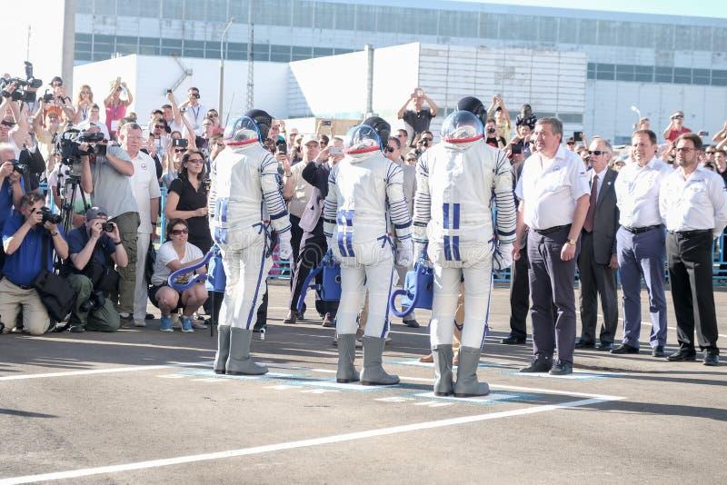 BAIKONUR, KAZAJISTÁN - JULE, 28: envían los astronautas reales, astronautas al ISS en un cohete de espacio ruso randolph imagenes de archivo