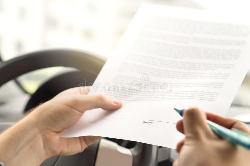 Bail de signature ou achat de la voiture d'occasion nouvelle ou image stock