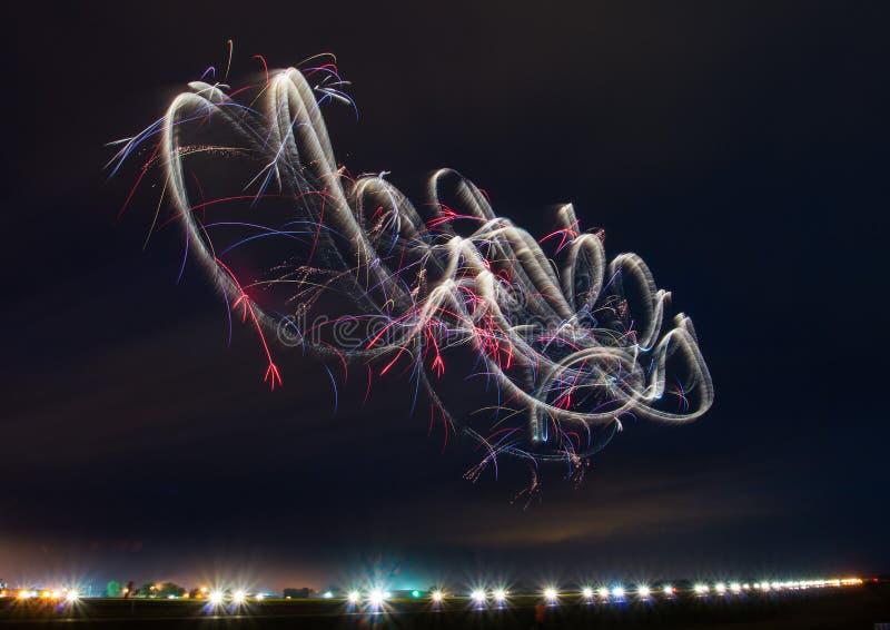 Bailado aéreo no céu noturno! fotografia de stock