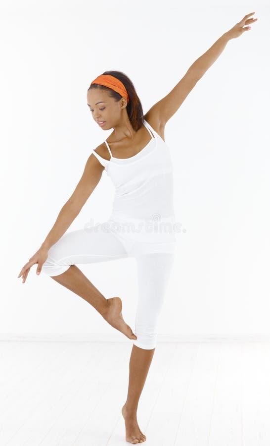Bailado consideravelmente afro da dança da menina foto de stock royalty free