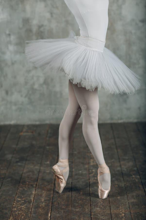 Bailado no estilo bonito Bailado moderno Dan?arino da bailarina fotos de stock royalty free