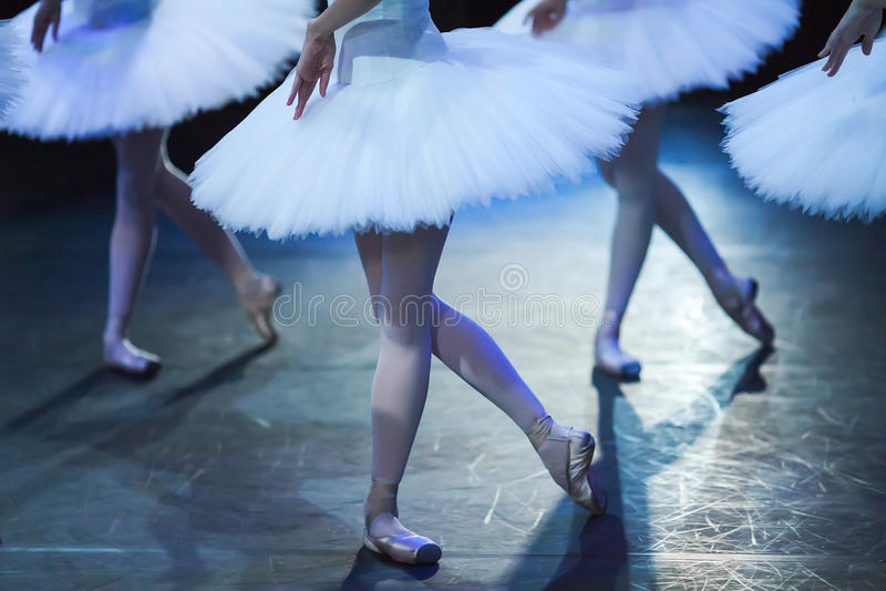 Bailado O Lago das Cisnes indicação Bailarinas no movimento foto de stock royalty free