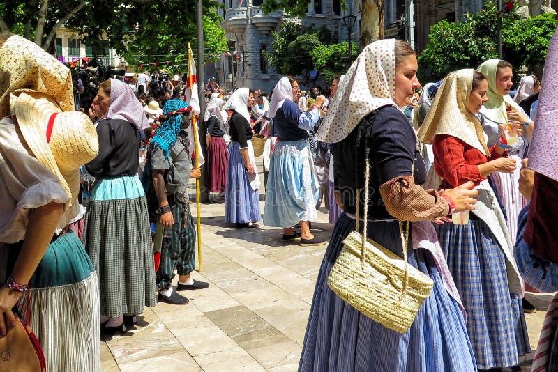 Bailando en Moors y el festival de los cristianos - fiesta de Moros y Cristianos, Soller, Mallorca fotografía de archivo