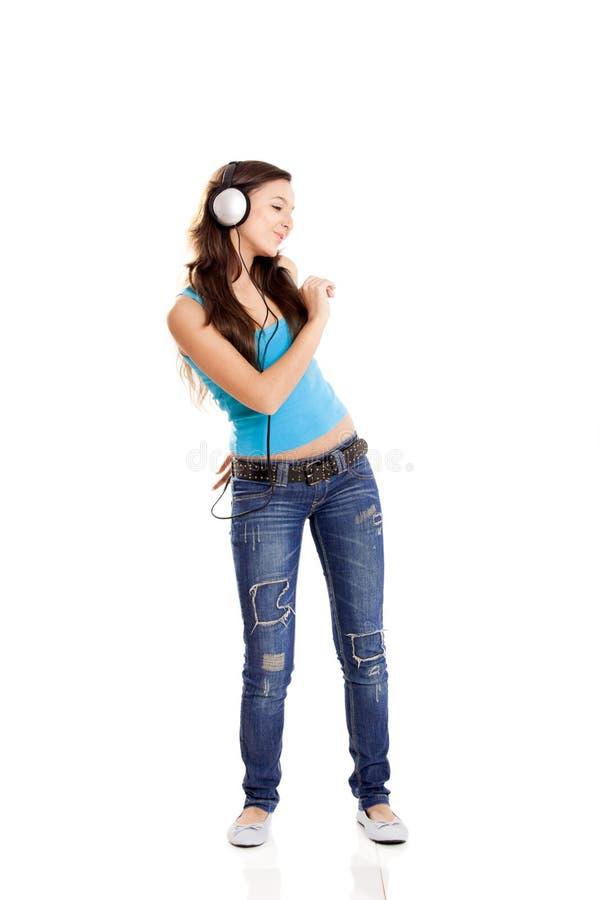 Bailando y escucha la música fotografía de archivo libre de regalías