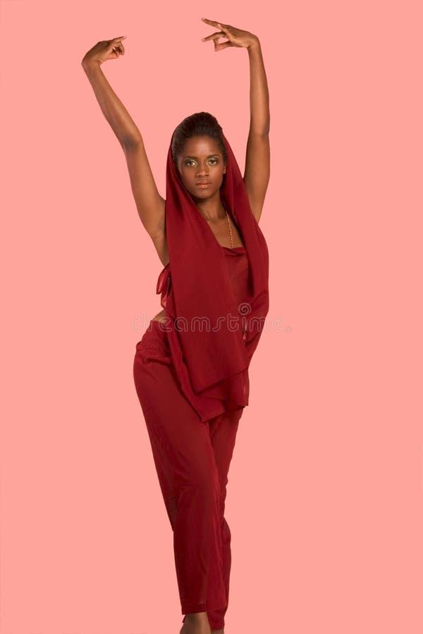 Bailarín ético en el kameez y el pañuelo rojos de Churidar fotos de archivo