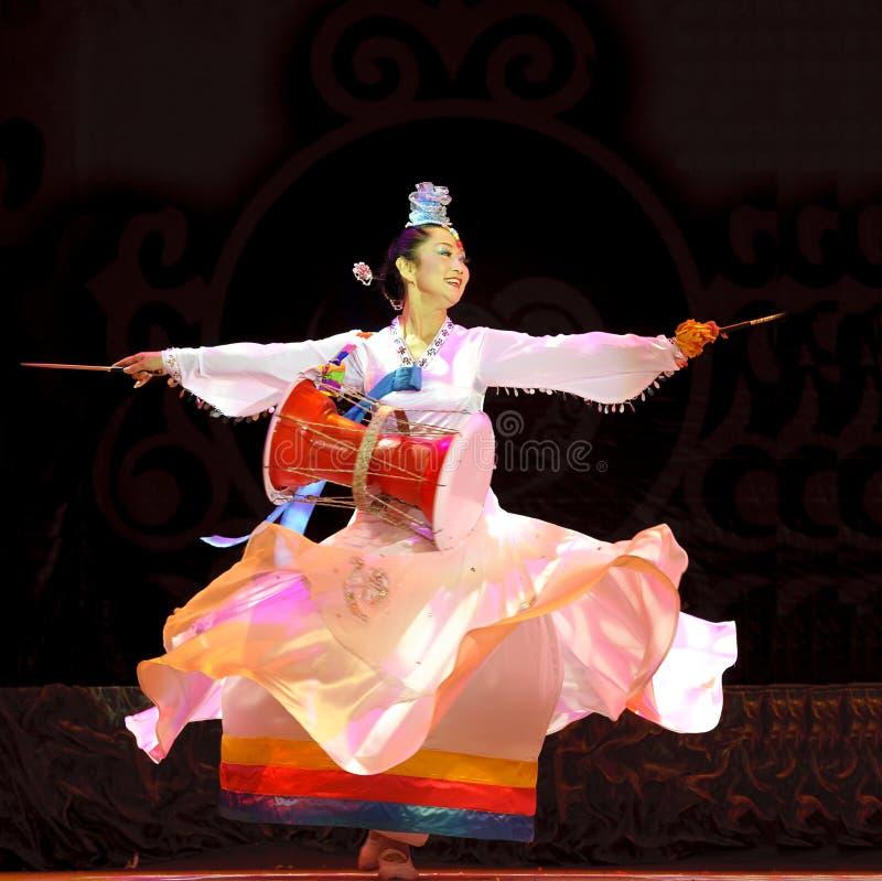 Bailarín étnico coreano feliz foto de archivo libre de regalías
