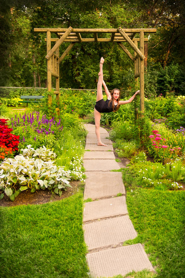 Bailarín adolescente flexible en jardín hermoso fotos de archivo