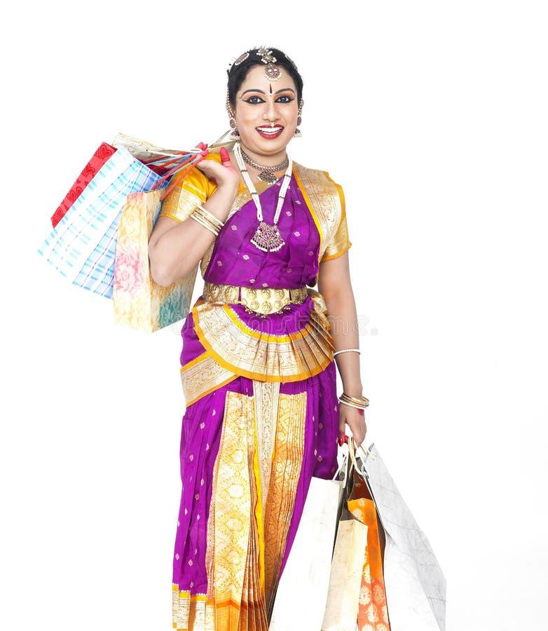 Bailarín asiático con los bolsos de compras imagen de archivo