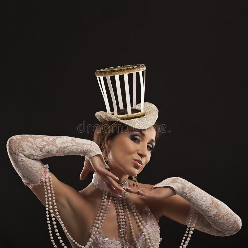Bailarín burlesco en el vestido blanco con el sombrero foto de archivo