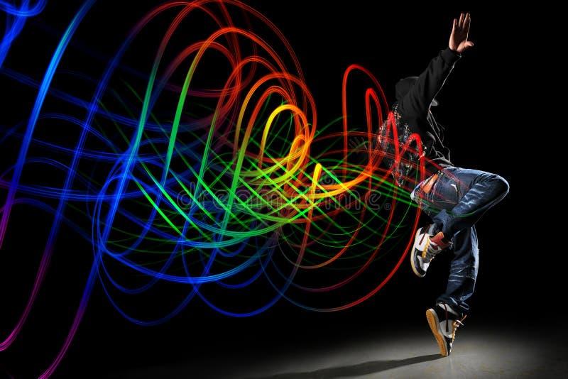 Bailarín con las ondas de la luz sobre fondo negro imagen de archivo libre de regalías