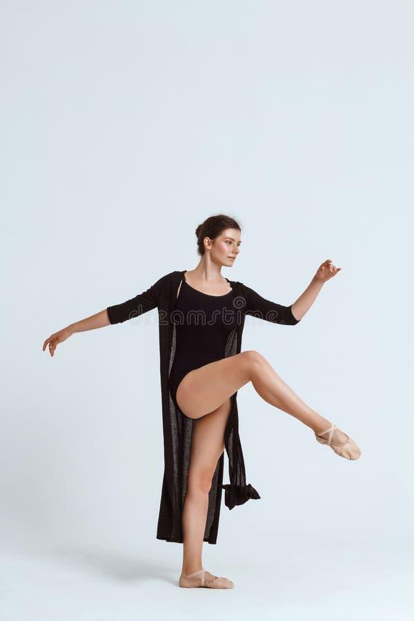 Bailarín contemporáneo hermoso joven que presenta sobre el fondo blanco Copie el espacio fotos de archivo