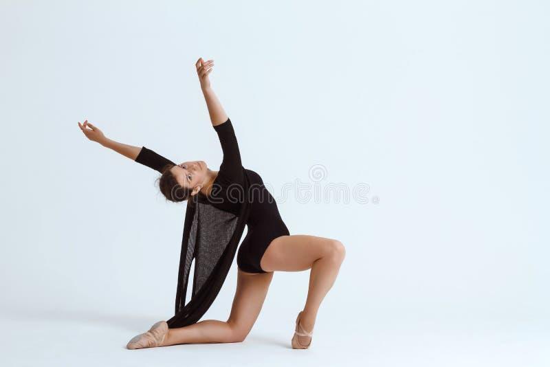 Bailarín contemporáneo hermoso joven que presenta sobre el fondo blanco Copie el espacio imagenes de archivo