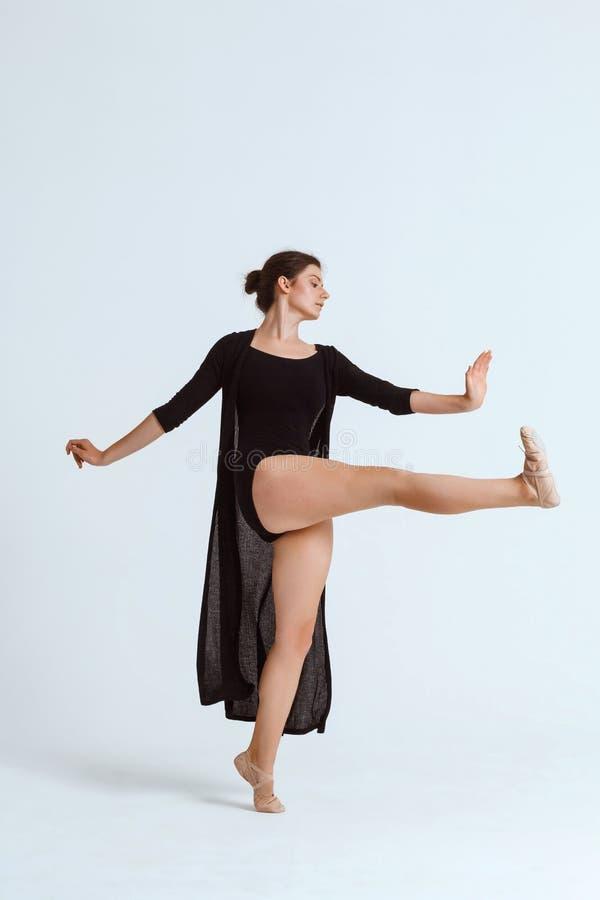 Bailarín contemporáneo hermoso joven que presenta sobre el fondo blanco Copie el espacio imagen de archivo