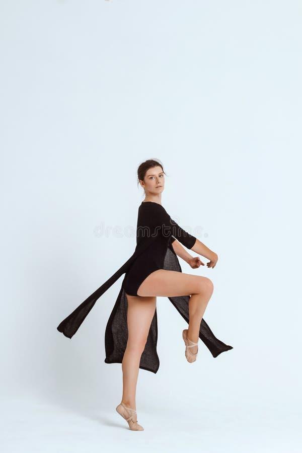Bailarín contemporáneo hermoso joven que presenta sobre el fondo blanco Copie el espacio foto de archivo