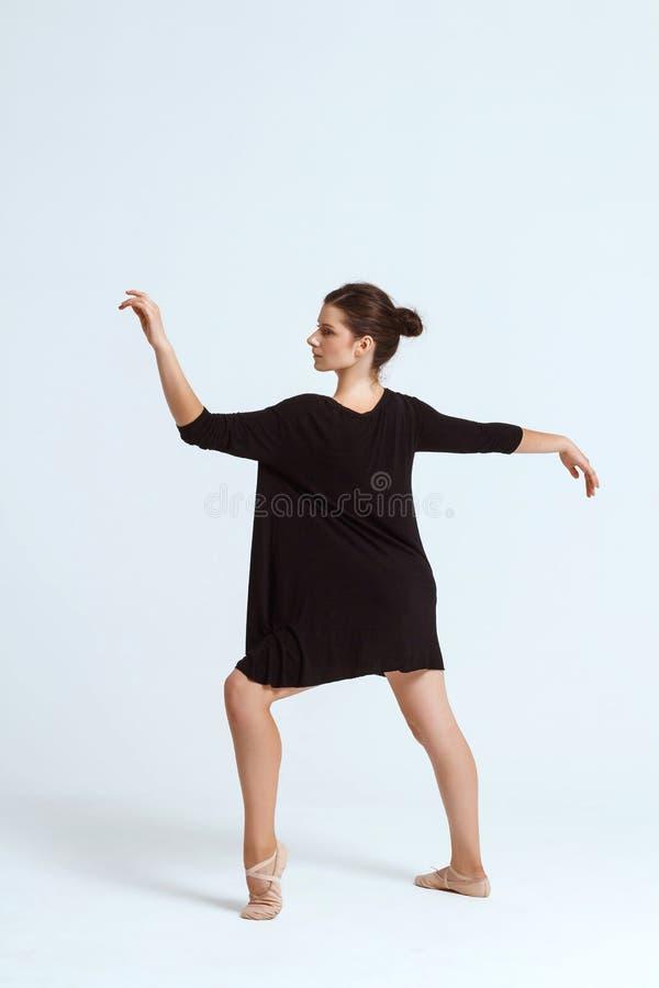 Bailarín contemporáneo hermoso joven que presenta sobre el fondo blanco Copie el espacio imagen de archivo libre de regalías