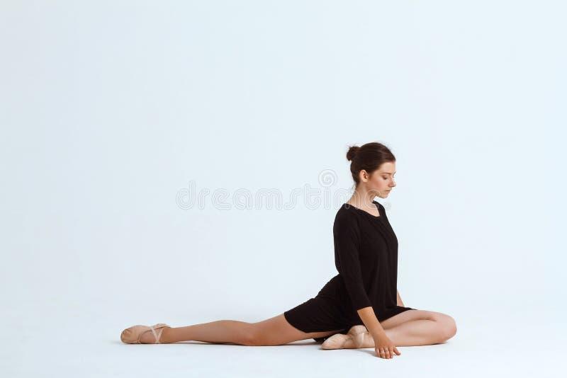Bailarín contemporáneo hermoso joven que presenta sobre el fondo blanco Copie el espacio fotografía de archivo libre de regalías