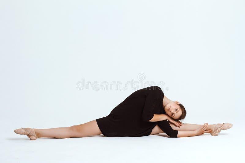 Bailarín contemporáneo hermoso joven que presenta sobre el fondo blanco Copie el espacio fotografía de archivo