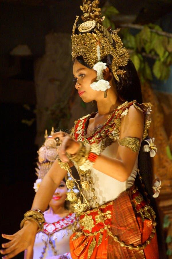 Bailarín de Apsara en falda roja foto de archivo libre de regalías