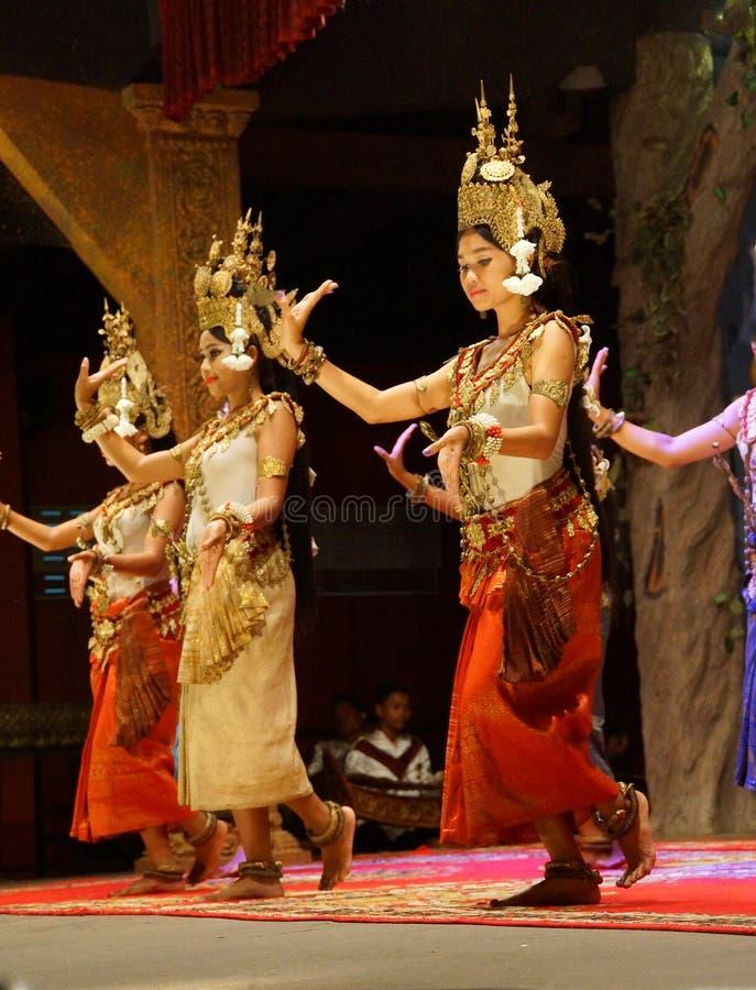 Bailarín de Apsara en falda roja fotos de archivo libres de regalías