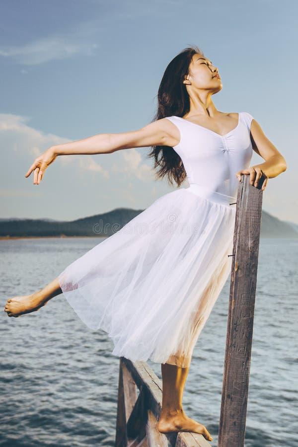 Bailarín de ballet al aire libre fotografía de archivo libre de regalías
