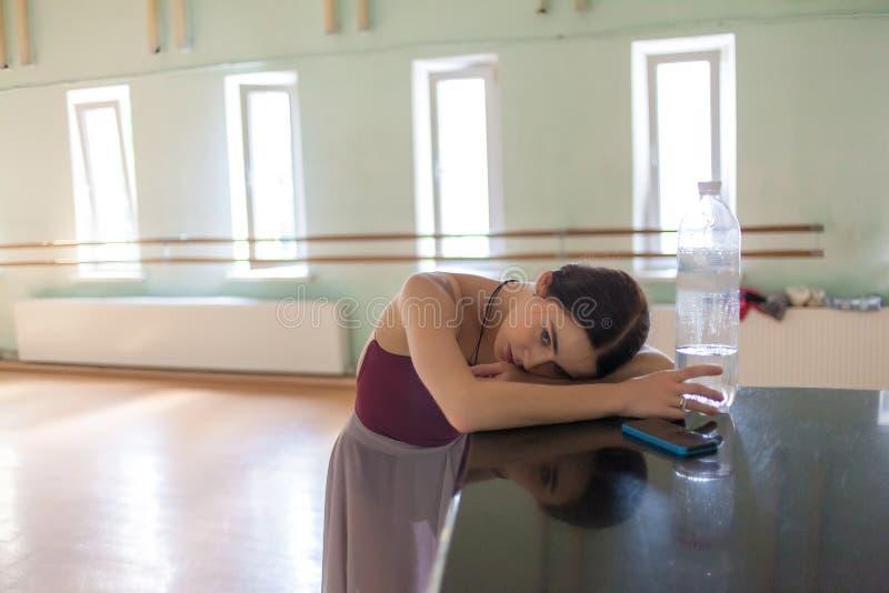 Bailarín de ballet clásico cansado en sitio del ensayo imagen de archivo
