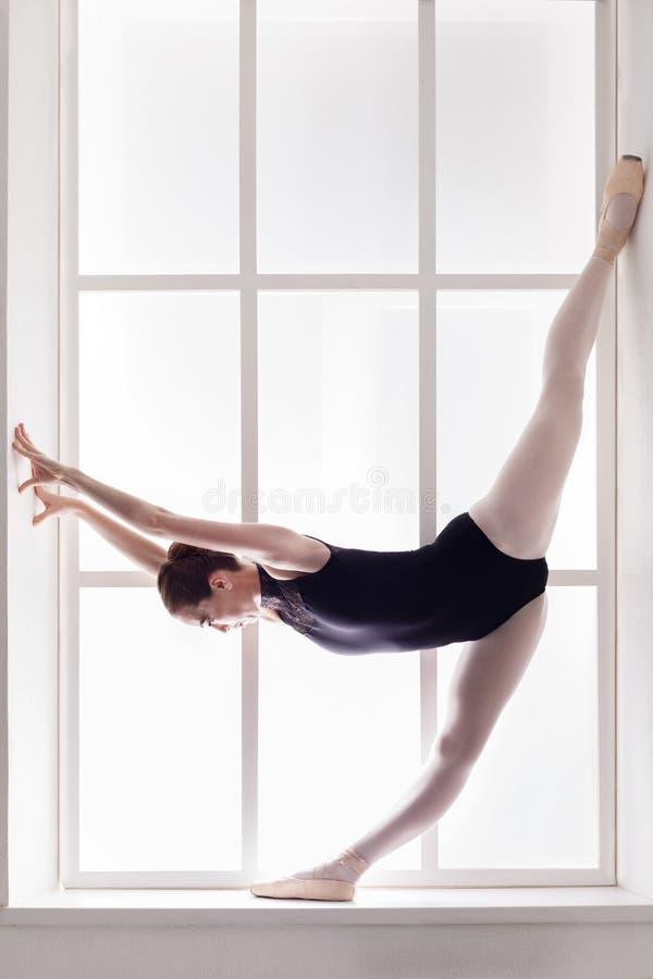 Bailarín de ballet clásico en fractura, bailarina en el travesaño de la ventana imágenes de archivo libres de regalías