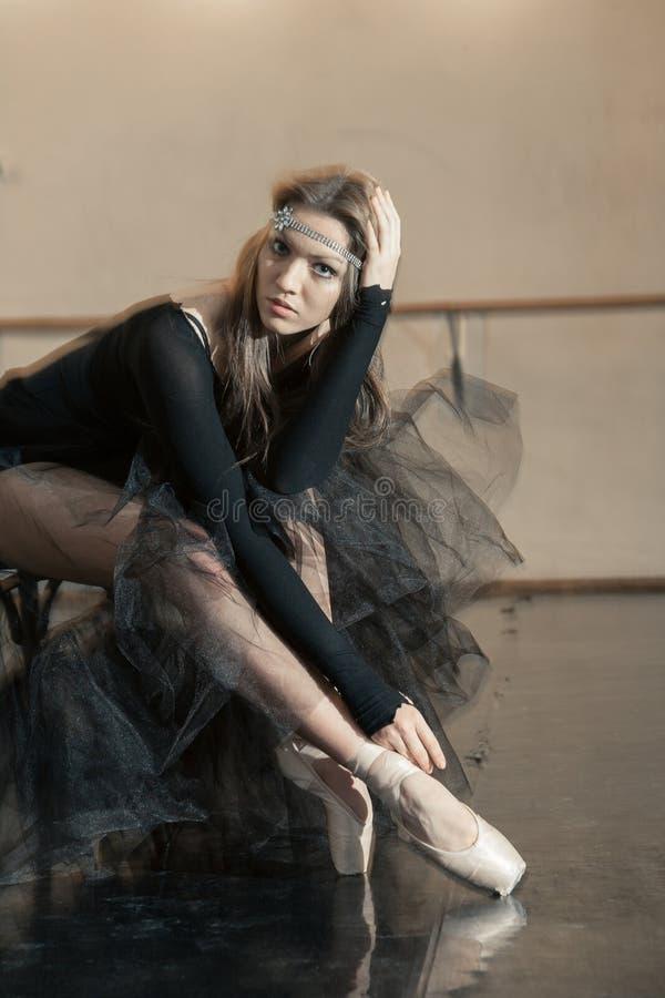 Bailarín de ballet contemporáneo en una silla de madera en una repetición imagen de archivo libre de regalías