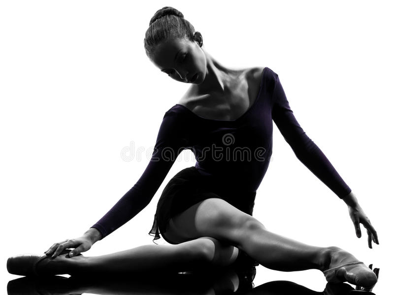 Bailarín de ballet de la bailarina de la mujer joven que estira calentando silho fotos de archivo libres de regalías