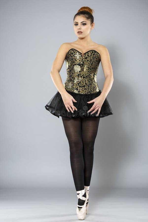 Bailarín de ballet de sexo femenino profesional foto de archivo